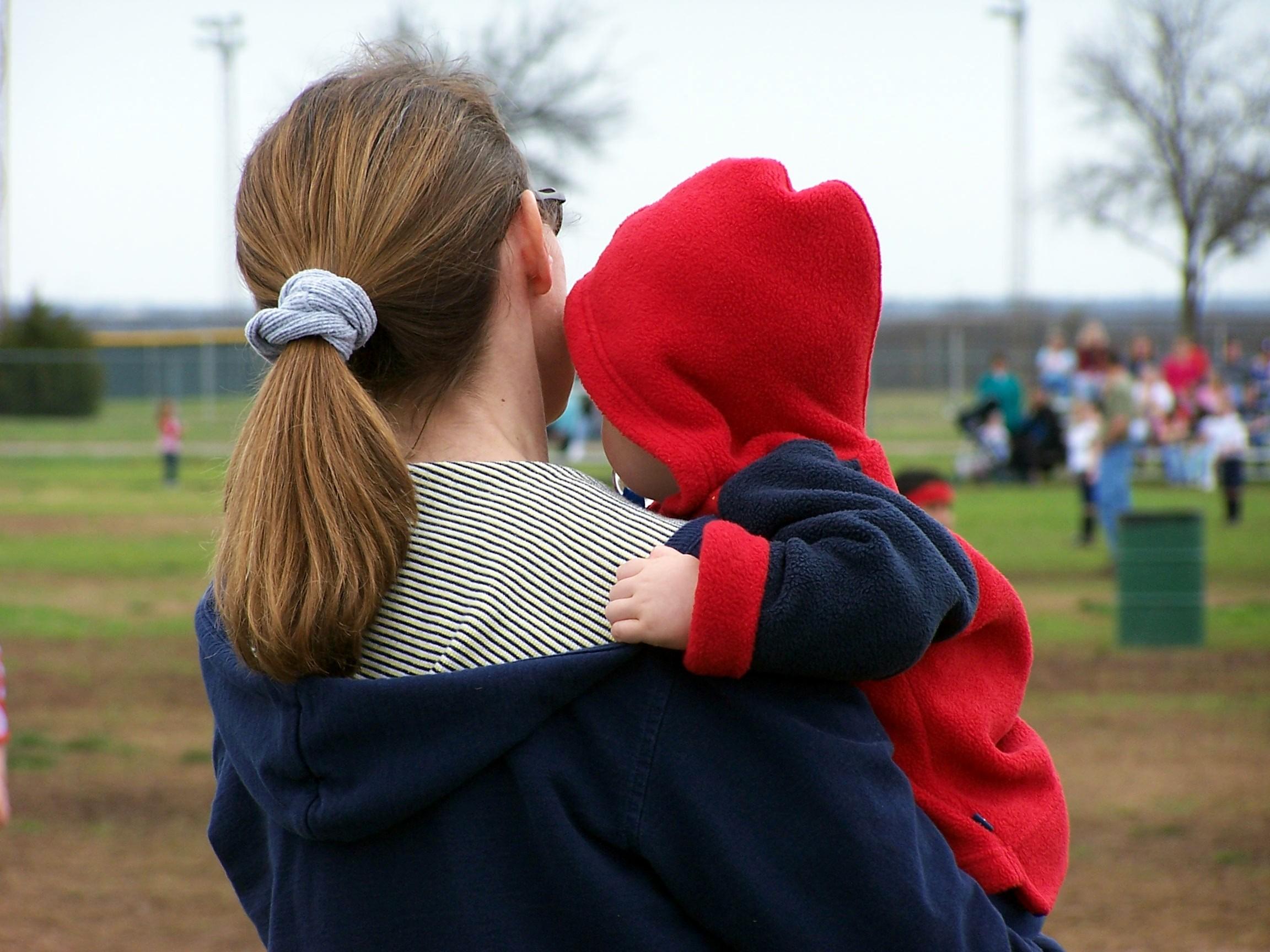 Mamă cu copil în brațe