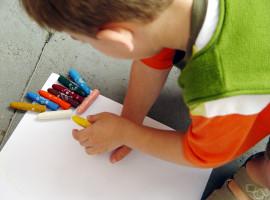 Copil cu creioane de colorat