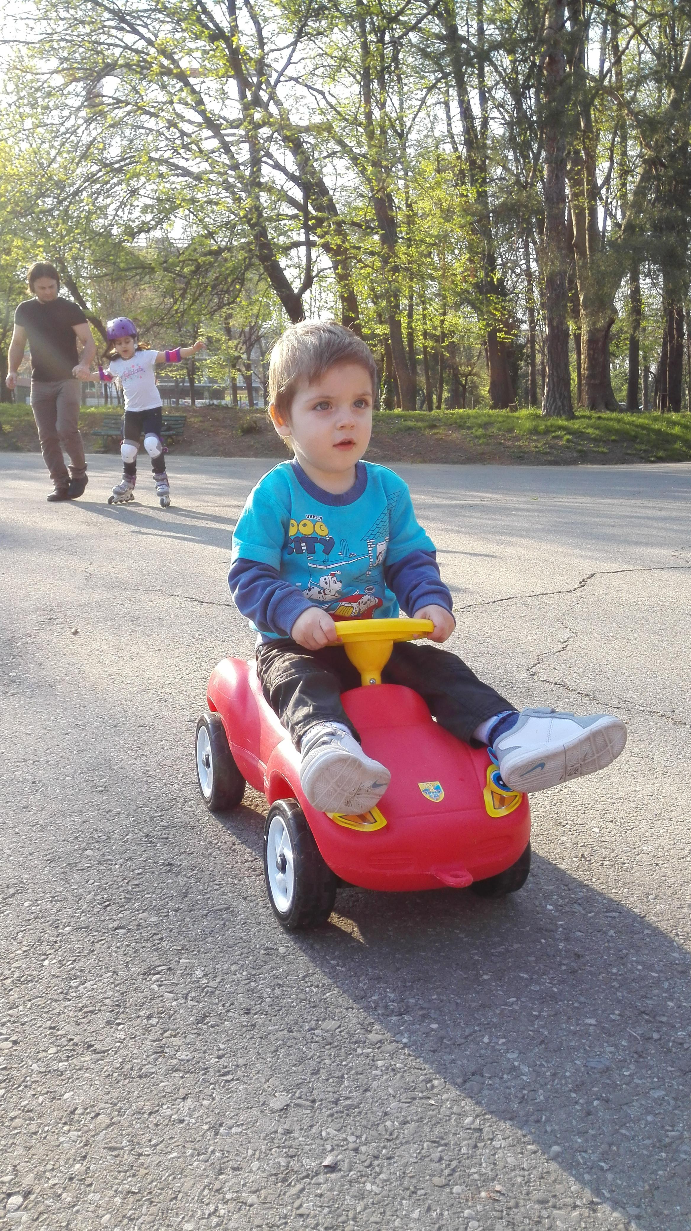 Copil-pe-mașinuță