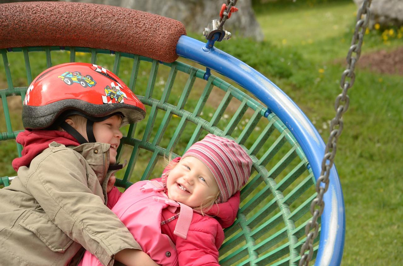 Copii-la-joacă-în-parc